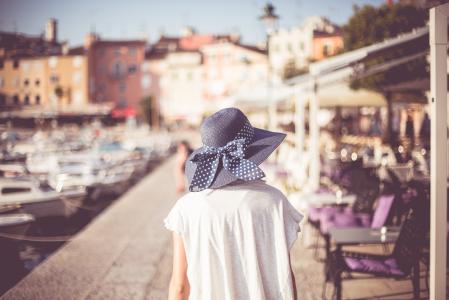 走在克罗地亚城市罗维尼的年轻女孩
