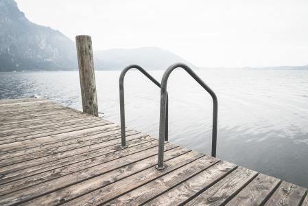 有梯子的游泳木浮船在湖