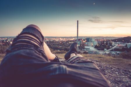 变冷和享受晚上都市风景视图的年轻人