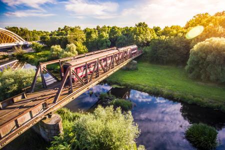 穿越旧钢桥的老火车