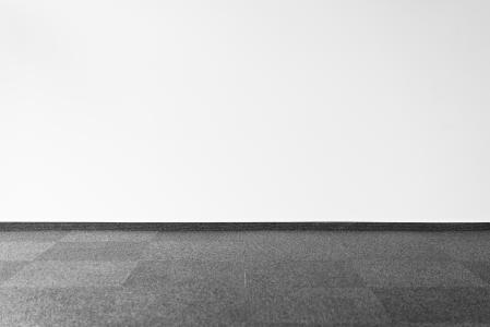 灰色的地毯和白墙与文本的空间