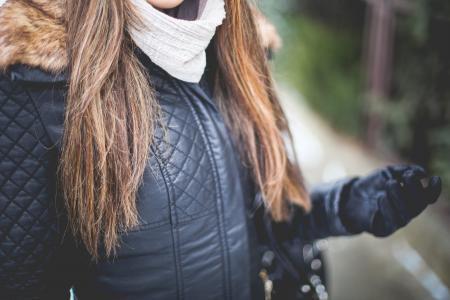 女孩穿皮夹克