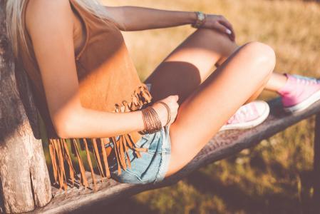 年轻女子在波西米亚风格享受日落