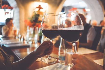 两个酒庆祝杯欢呼