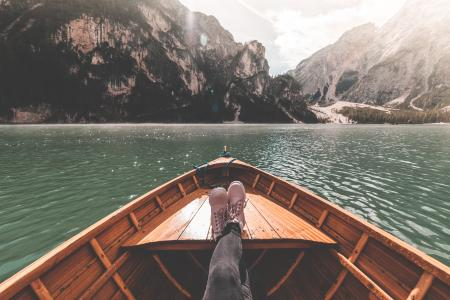 在一艘划艇上的FPV女人腿