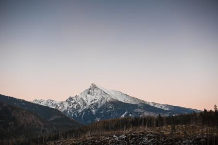 在山的多雪的上面的日落