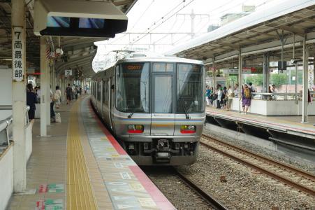 神户元町站免费的快速火车从家里出发的照片