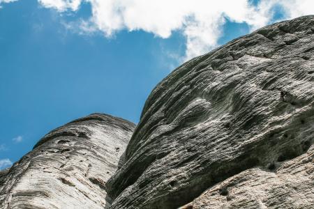 蓝色的天空,白色的岩石