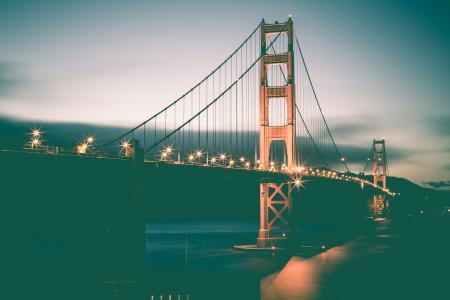 老式的金门大桥在晚上