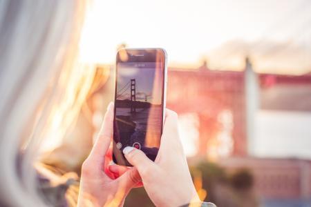视频的金门大桥的年轻女人