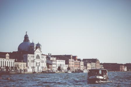 威尼斯水上巴士在大运河上
