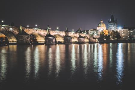 查理大桥在布拉格在晚上
