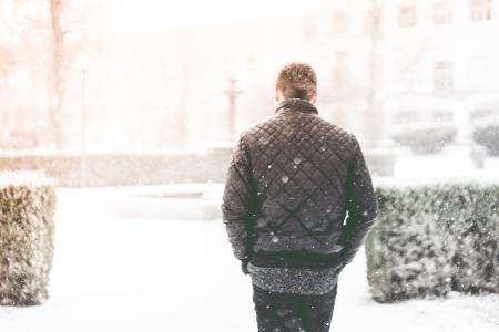 走在降雪的人