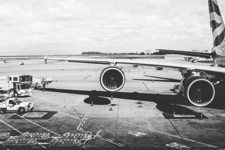 喷气发动机在机场的飞机机翼
