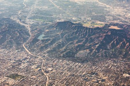 与好莱坞标志和水库的Hollywoodland小山