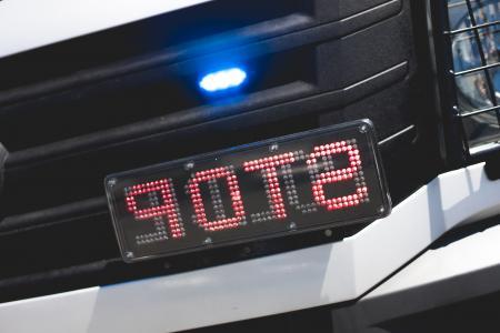 警察闪光灯和停车标志在镜像的汽车