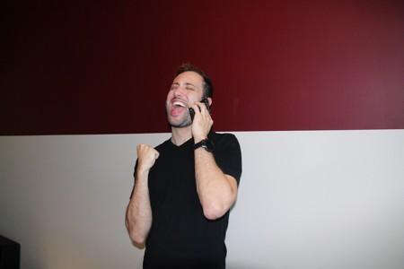 打电话开心大笑的男人