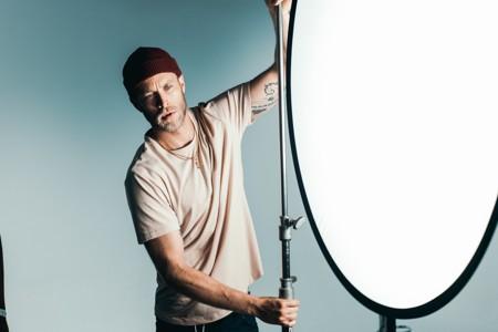 身穿棕色圆领t恤男子在补光拍摄