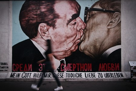 两人亲吻墙壁艺术