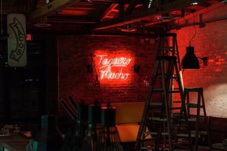 墙上的霓虹灯招牌