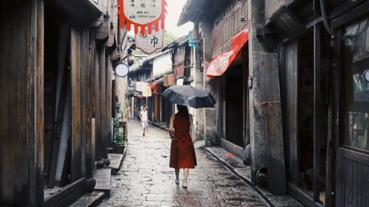 撑着黑伞的女人