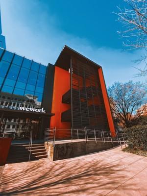 红色外墙的办公大楼