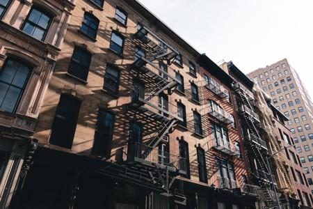 外墙上装有铁楼梯的建筑