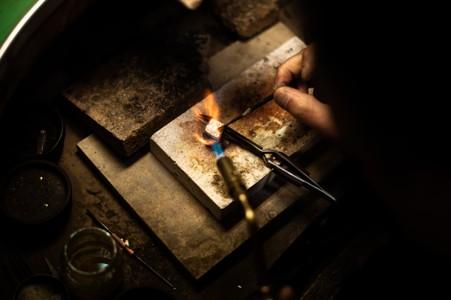 打造金银首饰的工作台