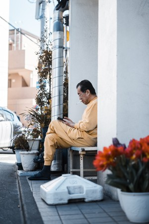 穿着黄色连衣裤坐着的男人