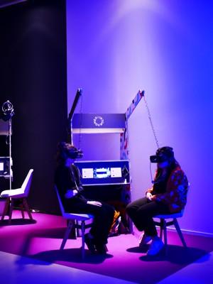 两个人戴着VR眼镜
