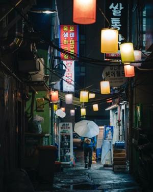 下雨的街头夜景
