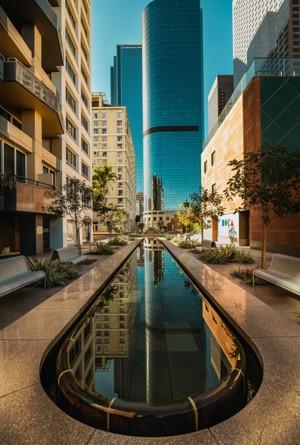 城市建筑楼前的水池