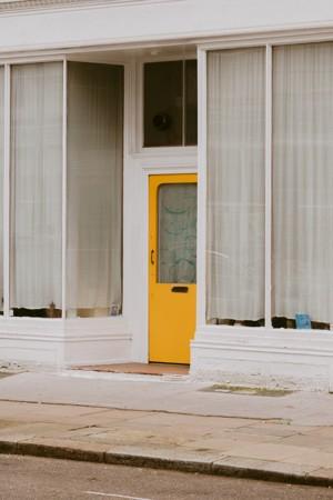 黄色木门的白色建筑