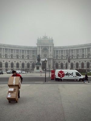 大雾天送货的工人