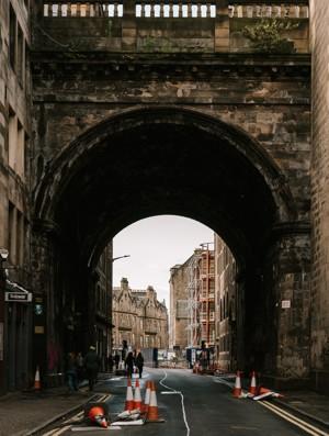 破旧的拱门建筑通道