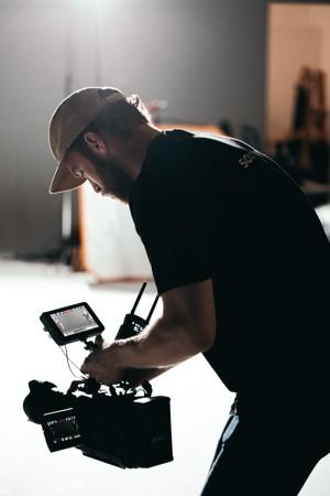 手持摄像机的男子
