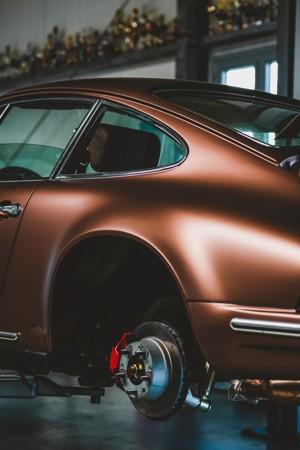 正在更换轮胎的汽车