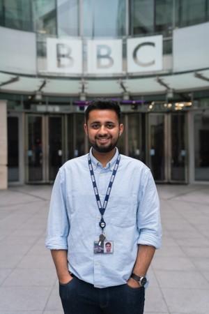 BBC大楼外站立的广播工程师