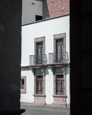 阳光下的白色混凝土建筑