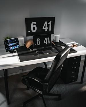 黑白木桌和黑色笔记本电脑