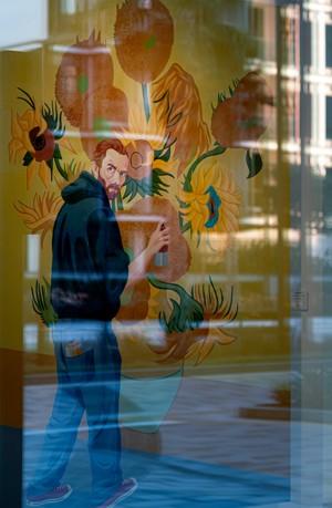 玻璃门后面的油画