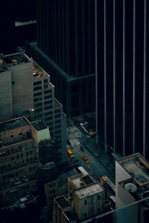 夜色笼罩的都市景观