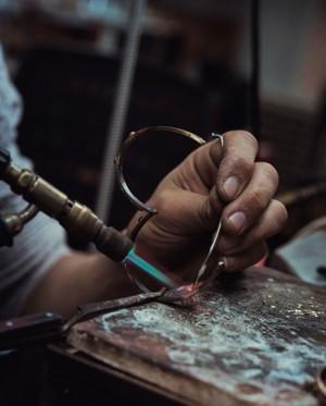 打造首饰的工艺人