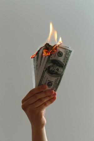 几张燃烧的美元钞票