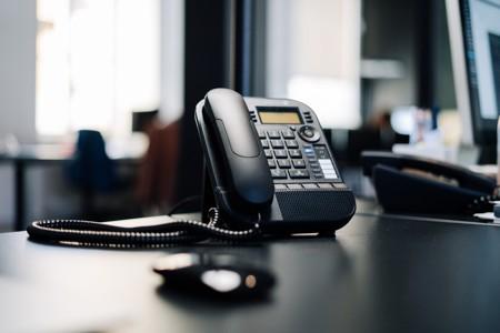 固定电话放在木桌上