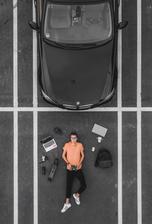 躺在停车场的男人