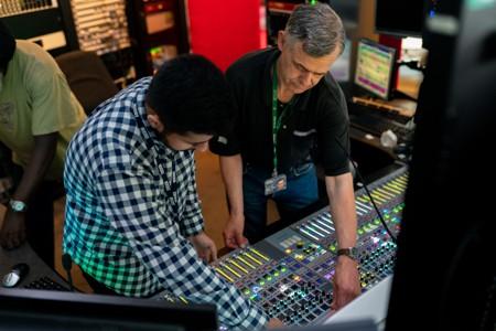 演播室工作的广播工程师