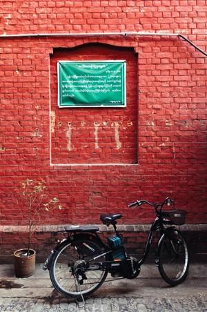 停放在墙边的自行车