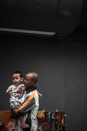 抱着孩子的男人