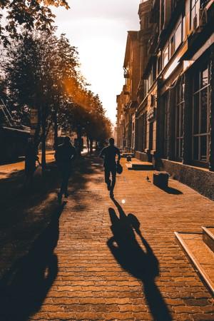 夕阳下奔跑的男子